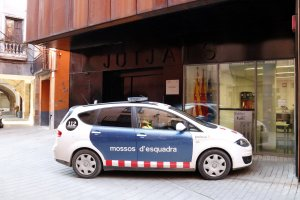 Un cotxe dels Mossos d'Esquadra entrant als jutjats de Balaguer amb algun dels detinguts pel crim d'Artesa de Segre
