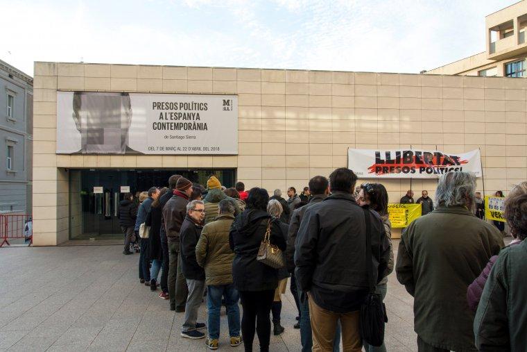Cues al Museu de Lleida per visitar l'exposició de presos polítics