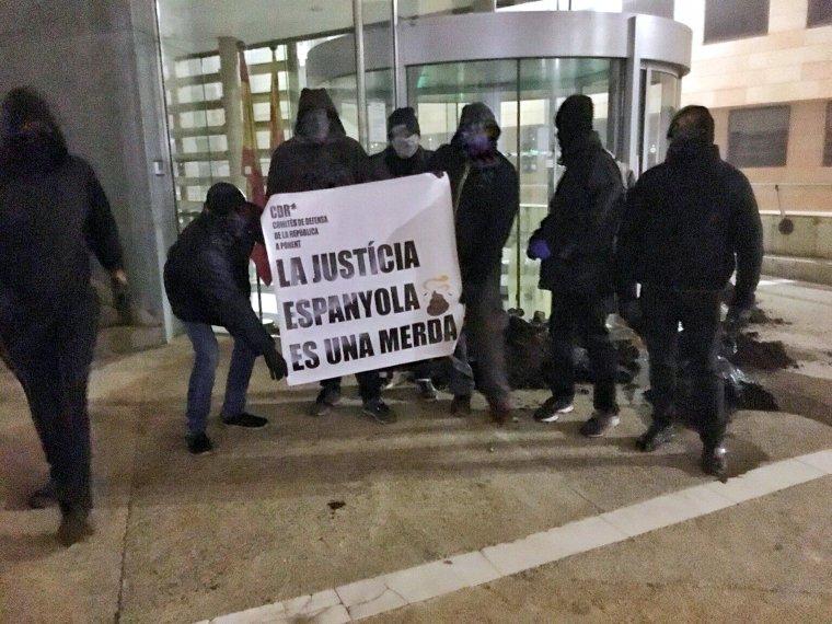 Els CDR escampant fems i amb una pancarta, a les portes dels jutjats de Lleida