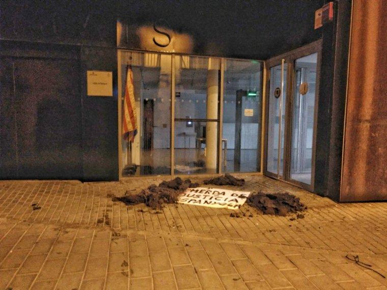 Fems escampats pels CDR i una pancarta, a les portes dels jutjats de Balaguer