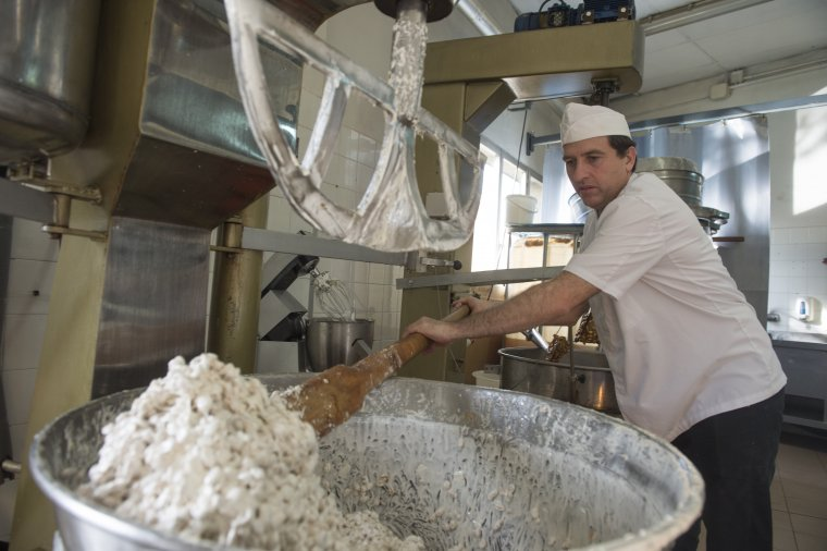 German Alemany elaborant el torró dur, el més blanc del mercat, amb una recepta del segle XIX i mel de romaní del Montsec