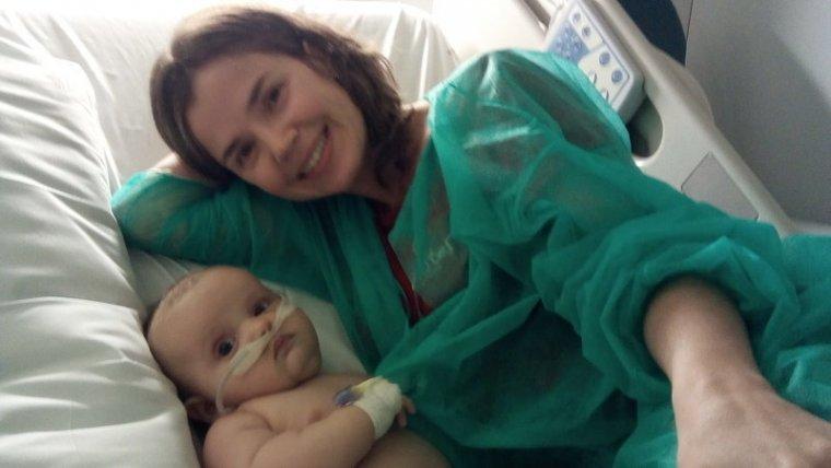 Imatge de la Núria Ribó amb el seu nadó fent collit
