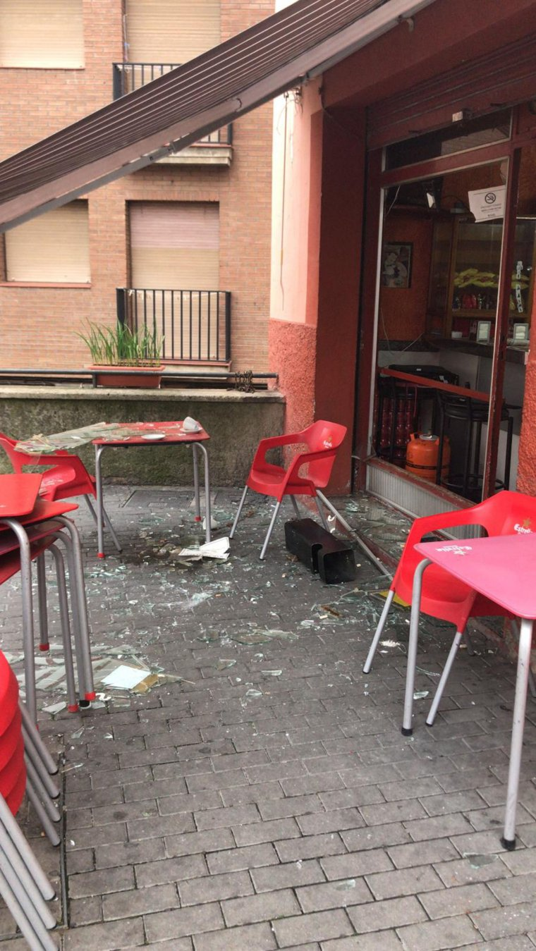 Imatge del bar Acapulco de Lleida on s'ha produït una deflagració amb dos ferits lleus