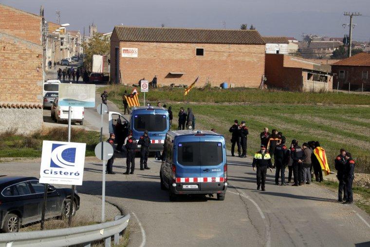 Imatge dels Mossos d'Esquadra identificant alguns membres del CDR a Castellnou de Seana