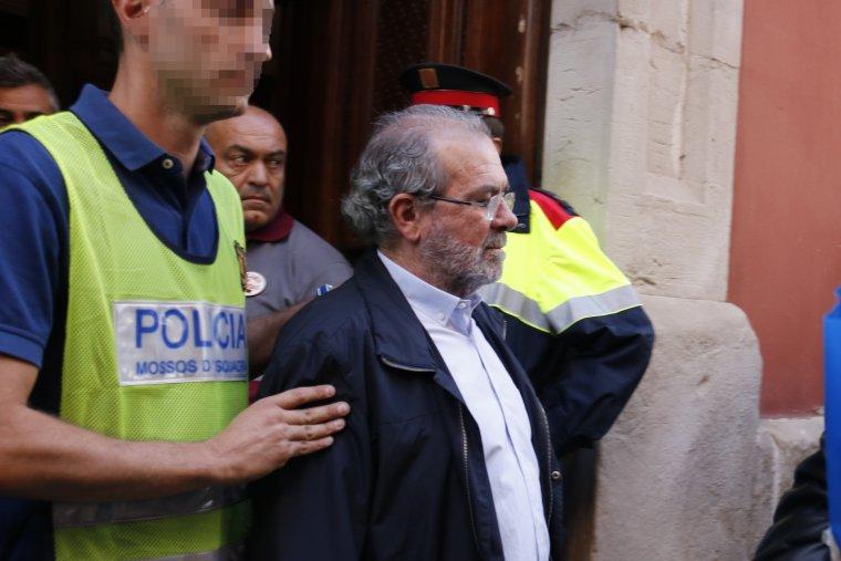 Instant en què s'emporten detingut al president de la Diputació de Lleida, Joan Reñé