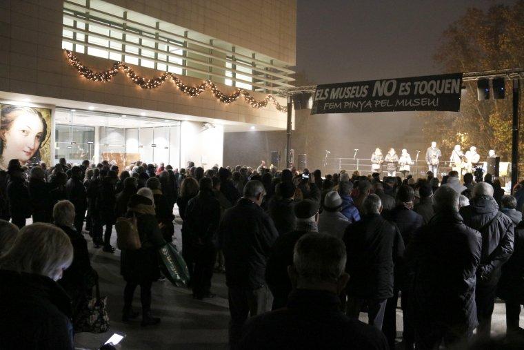 La plaça del Museu de Lleida, plena de gent, en els actes commemoratius del primer aniversari de l'entrada policial al Museu
