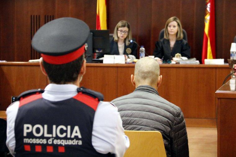L'acusat pel crim d'Alfarràs, el primer dia de judici a l'Audiència de Lleida, amb la jutgessa al fons