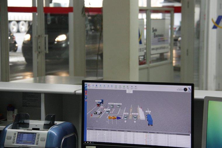 Pla de detall de la pantalla d'ordinador on es veu el registre de matrícules dels vehicles