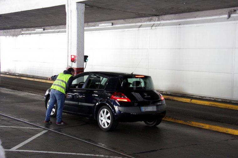 Pla general d'un vehicle aturat pel personal de la duana de la Farga de Moles