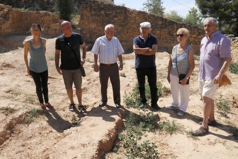 Pla general on es poden veure els familiars de persones enterrades a la fossa del cementiri vell del Soleràs