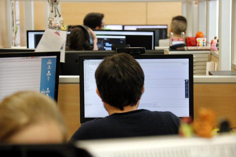 Pla mitjà on es pot veure gent treballant amb ordinadors a Lleida.net