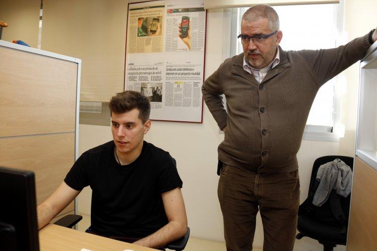 Pla obert on es pot veure el conseller delegat de Lleida.net, Sisco Sapena, parlant amb un treballador