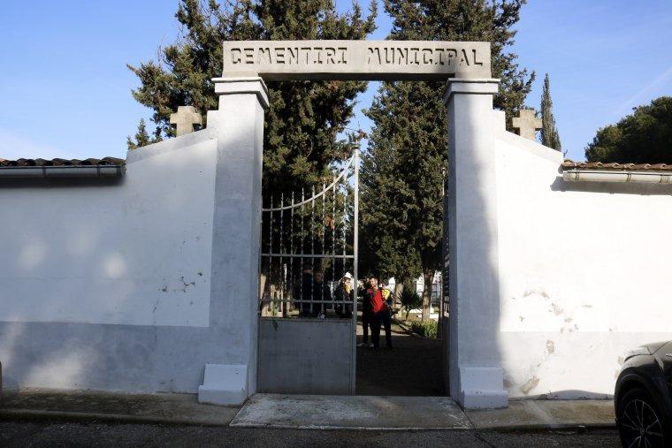 Pla obert on es pot veure la porta d'accés al cementiri de Bell-lloc d'Urgell