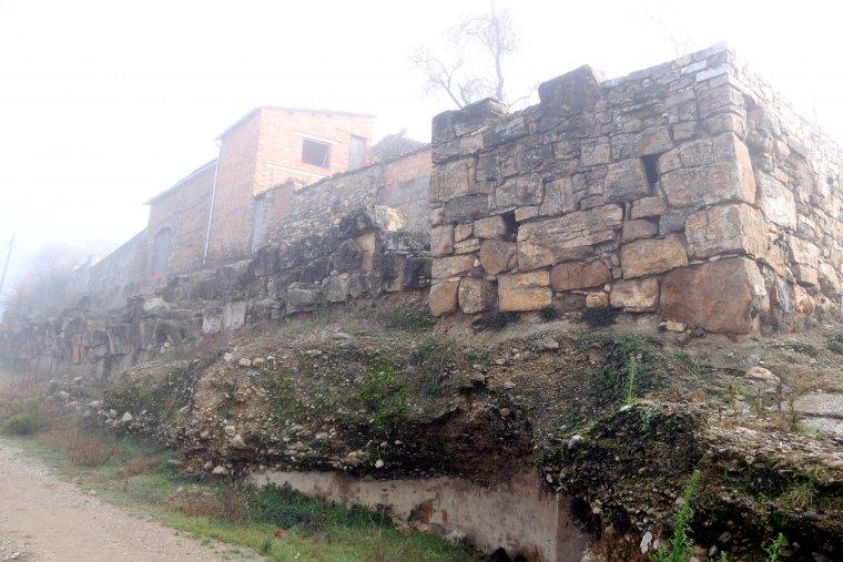 Primer pla d'una torre de l'antiga muralla d'Aeso, a la localitat d'Isona