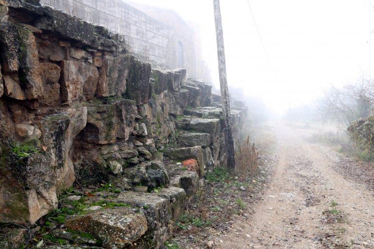 Restes de l'antiga muralla romana d'Aeso