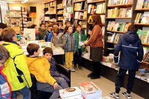 Els alumnes de l'escola Valldeflors visitant una llibreria de Tremp