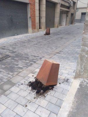 Imatge de jardineres afectades al carrer Estrella