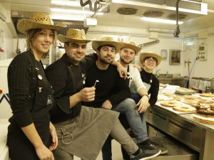 Imatge de part de l'equip del xef Ivan Pascual a Almenar amb el barret es regala amb cada tortell anomenat 'Lo tortell de Lleida'