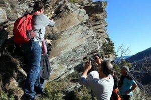 Imatge de veïns observant les roques on estan esculpits els gravats a la vall d'Àssua