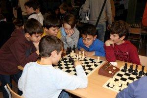 Nens jugant a escacs