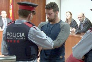 L'acusat del doble crim d'Aspa, emmanillat pels Mossos, després d'haver escoltat el veredicte de culpabilitat.