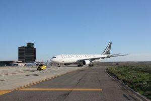 Pla general de l'avió Airbus 330-200 circulant per la pista de l'aeroport de Lleida-Alguaire per arribar al pàrquing de llarga estad