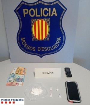 Pla general on es pot veure la droga, els diners i la bàscula que els mossos van trobar