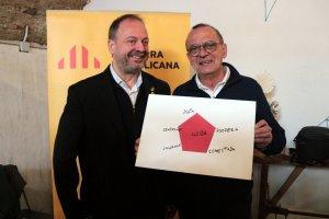 Pla mitjà del candidat d'ERC a l'alcaldia de Lleida, Miquel Pueyo, amb el president del grup municipal d'ERC-Avancem a la Paeria, Carles Vega