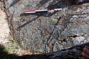 Primer pla d'un dels gravats a la roca molt ben marcats