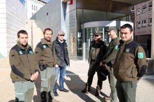 Un grup d'agents rurals, a l'entrada dels jutjats de Lleida, durant la compareixença a l'Audiència de Lleida per demanar la prórroga de la presó provisional