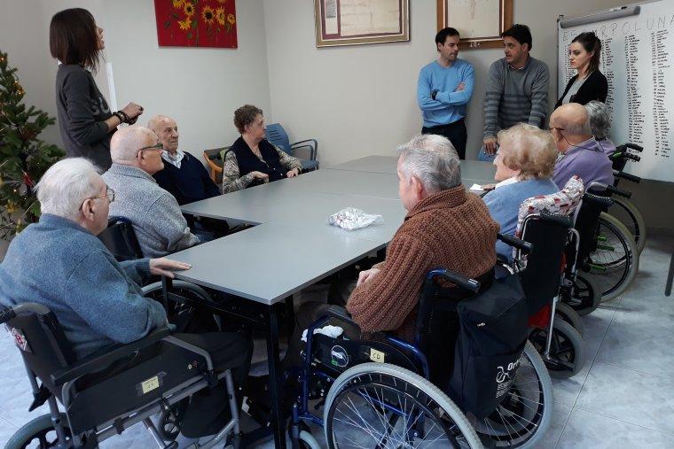 Imatge d'usuàris de la residència durant una classe