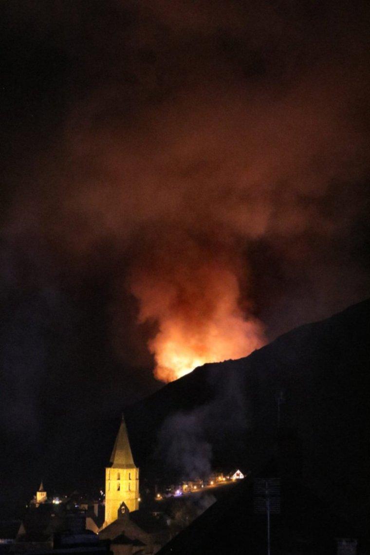 Pla general d'Arties amb un incendi a tocar de l'entitat de població