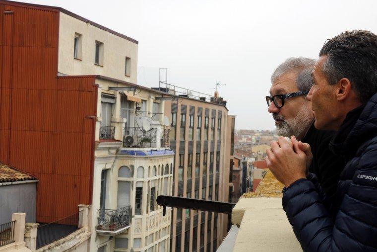 Pla mitjà on es pot veure l'alcalde de Lleida, Fèlix Larrosa, amb el president del Col·legi d'API's de Lleida