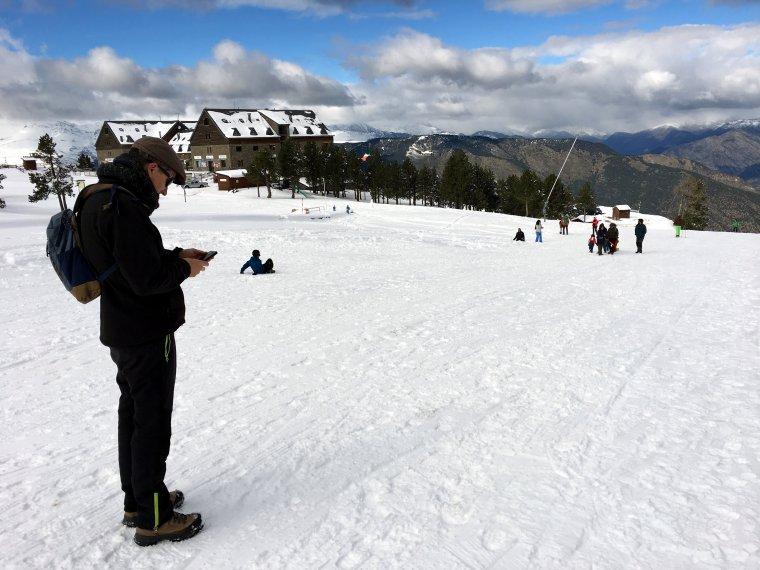 Pla obert on es poden veure persones esquiant i gaudint de la neu a les pistes d'esquí de Port Ainé