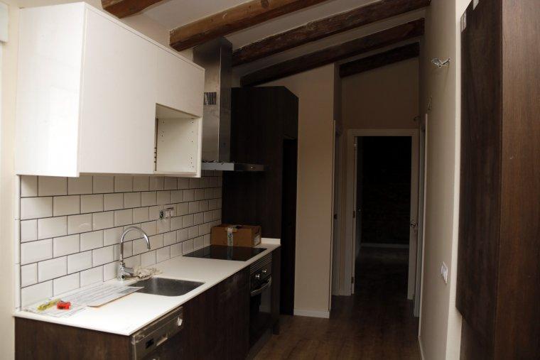 Pla obert on es pot veure una cuina d'un pis reformat del Centre Històric de Lleida
