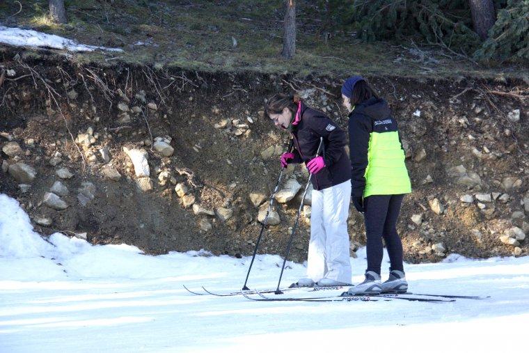 Pla sencer de dues dones aturades mirant els esquís en una de les zones de l'estació de Tuixent-La Vansa