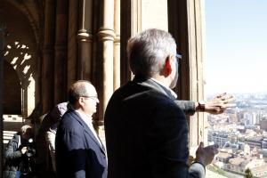 El primer secretari del PSC, Miquel Iceta, observa la ciutat de Lleida desde la Seu Vella, i escolta les explicacions de l'alcalde de Lleida, Fèlix Larrosa