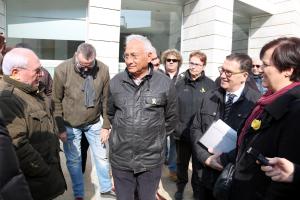 El veí de la Mariola, Enric Sirvent, parla amb algunes de les persones que han anat a donar-li suport