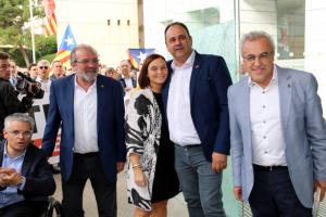 Els alcaldes de Juneda, Antoni Villas, i les Borges Blanques, Enric Mir, rebent el suport del president de la Diputació de Lleida, Joan Reñé, i de veïns en sortir de comparèixer per l'1-O