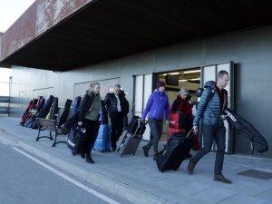 Imatge pla general de turistes suecs arribant a l'Aeroport d'Alguaire per marxar a esquiar a Andorra i la Val d'Aran