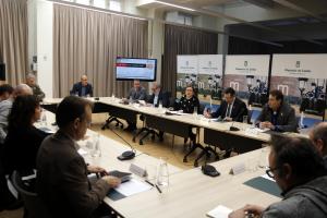 Pla general on es pot veure la reunió d'alcaldes de Ponent afectats per l'R12 a la Diputació de Lleida