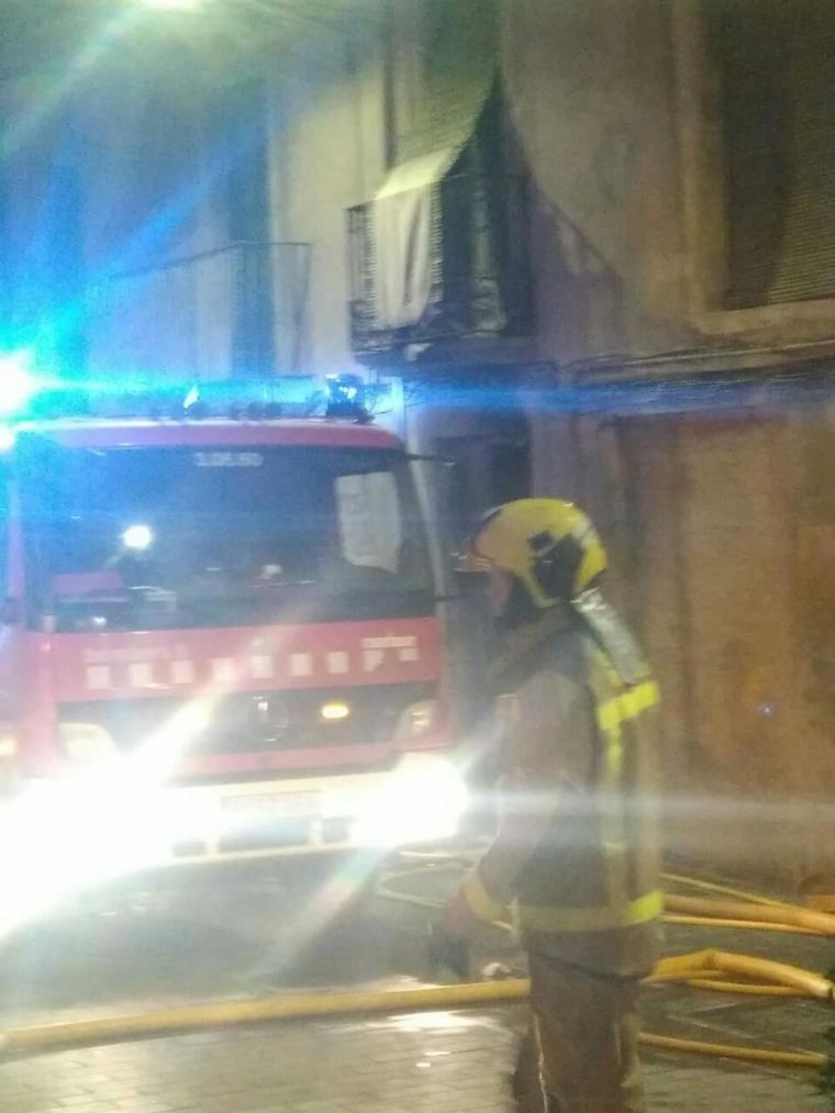 Els Bombers treballant en l'incendi a Tàrrega