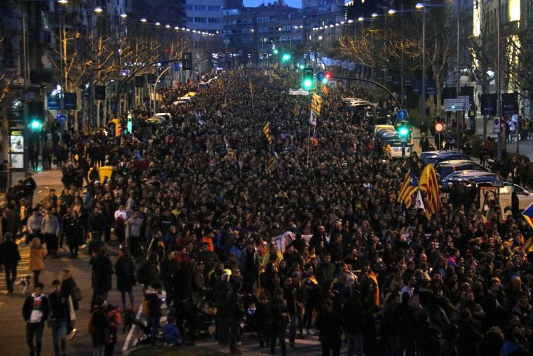 Manifestants omplint la Rambla d'Aragó de Lleida.