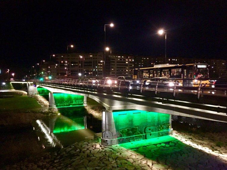 Els ponts de Lleida ciutat també es van tenyir de verd.
