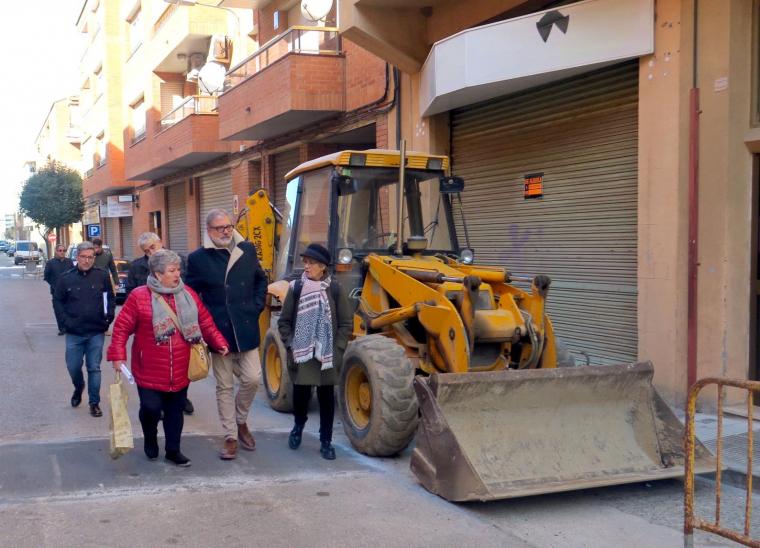Fèlix Larrosa visitant el barri de la Bordeta