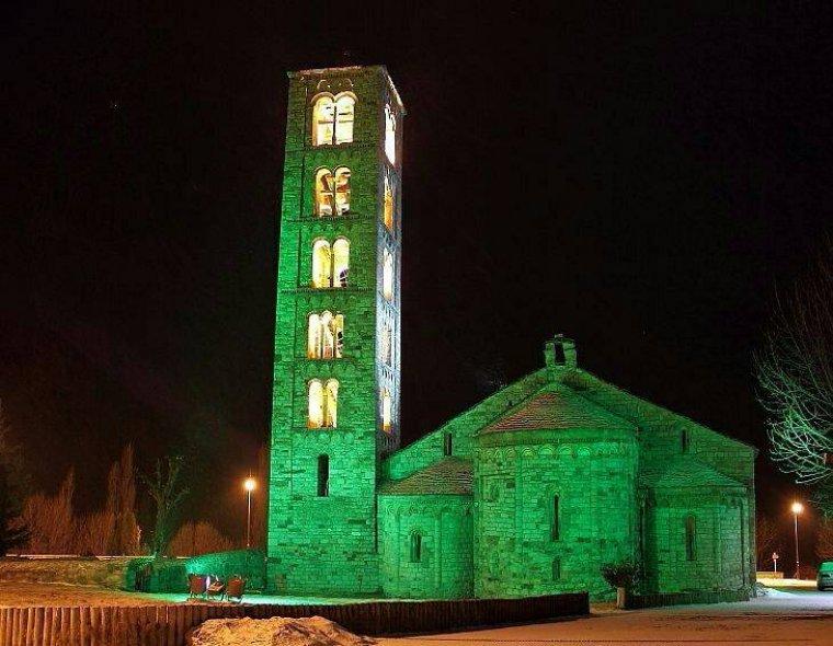 L'Església de Sant Climent de Taüll, a la Vall de Boí, tenyida de verd.