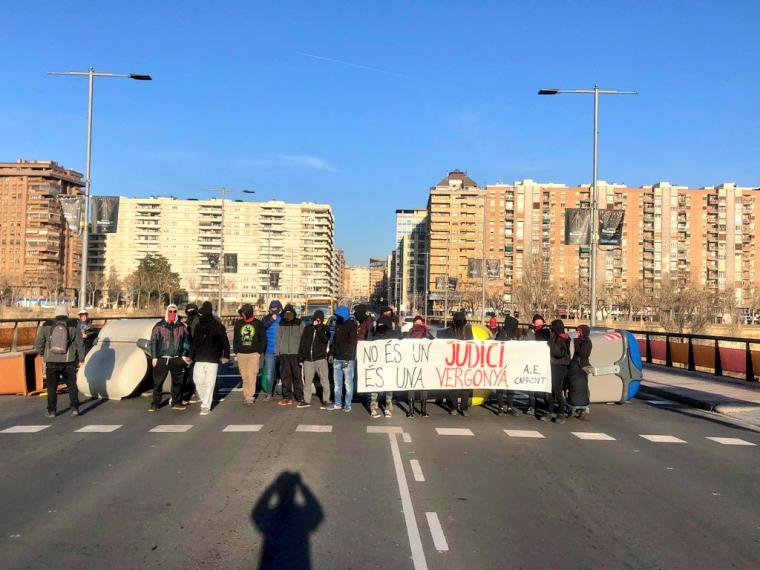 Protesta al pont de la universitat