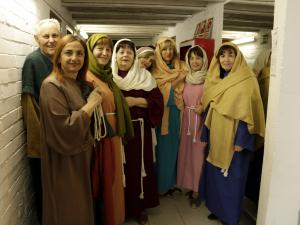 Imatge pla americà d'un grup d'actrius minuts abans de l'estrena