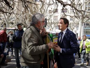 Imatge pla mig d'un pagès conversant amb el subdelegat del govern a Lleida
