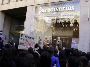Imatge pla sencer del piquet de la vaga feminista a Lleida davant la botiga Stradivarius